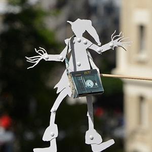 Le petit lutin avec sa sacoche Maron Bouillie se balade à Montmartre pour la séance photo.
