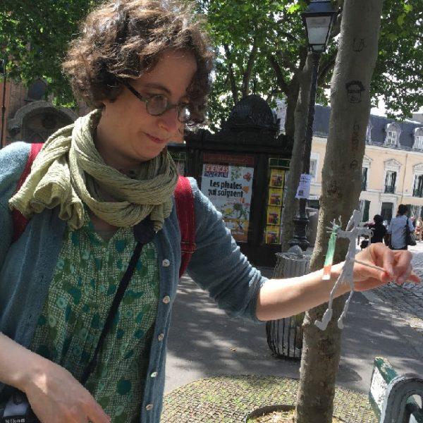 Marie étudie le petit lutin pour la séance photo à Montmartre