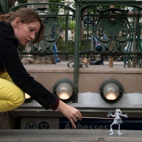 Hélène discute avec le petit lutin à la sortie du métro Abbesses.